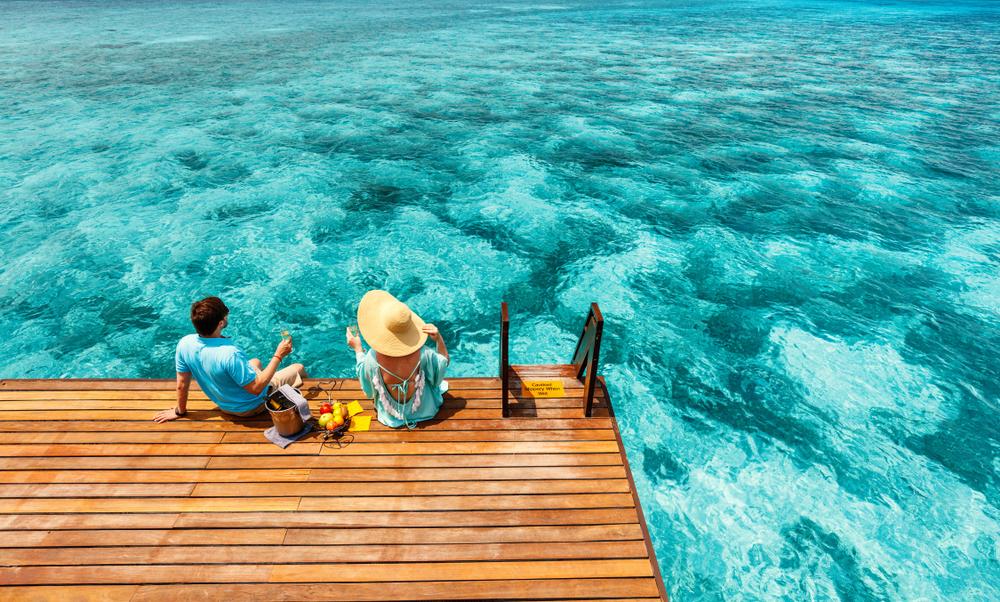 Jeune couple profitant de ses vacances en septembre