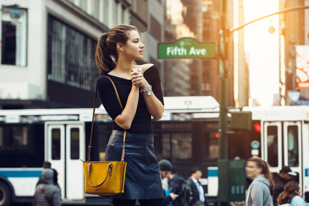Jeune femme sur la 5ème avenue à New-York
