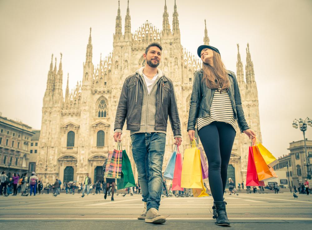 Un jeune couple en face du Dôme de Milan