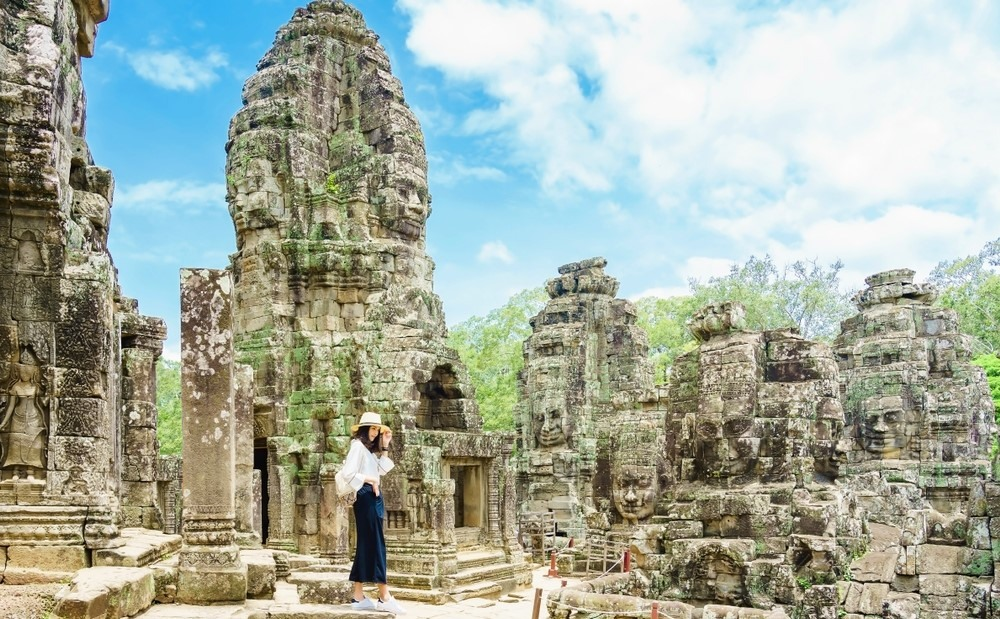Jeune femme au temple Angkor Wat (Siem Reap - Cambodge)