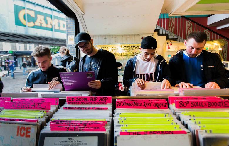 Personnes à l'intérieur d'un magasin de disques à Camden Town, Londres, Royaume-Uni