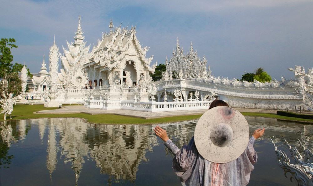 Jeune femme au temple Wat Rong Khun (Chiang Rai, Thaïlande)