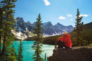 Jeune homme profitant de ses vacances au Canada