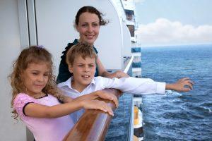 Famille en coisière sur la Méditerrannée