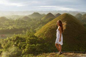 Jeune femme profitant d'un circuit aux Philippines