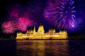 Feux d'artifices au dessus du palais du château de Buda à Budapest