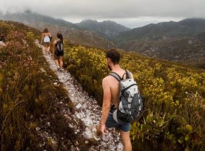 Des amis faisant une randonnée sur l'île de Skye