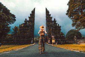 Jeune femme devant les portes du paradis à Bali